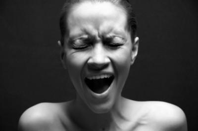 women-screaming-400x266