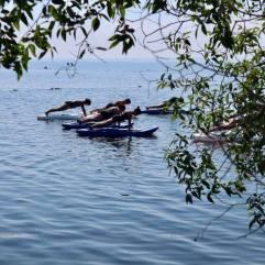 yoga kayak push up à travers branches
