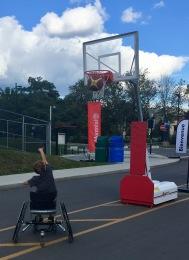 Zack tire au basket en fauteuil