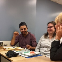 Atelier animation active et créative 3 étudiants assis sourireJPG
