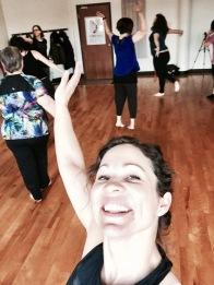 Valérie main en l'air_danse pleine conscience