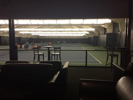 La zone bar et terrains tennis
