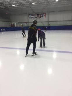 Patinage vitesse Valérie-Énergie et Olivier au centre 2 patineuse au loin
