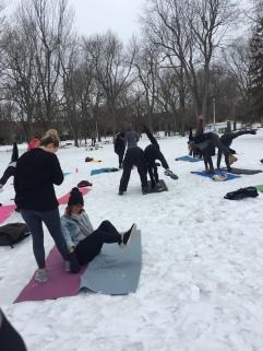 Yoga neige 2 participantes essaient position joie