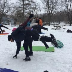 Yoga neige 2 participants réussissent posture joie