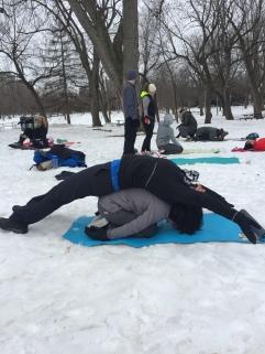 Yoga neige Lylie étirée sur Valérie