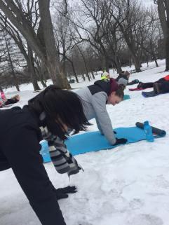 Yoga neige Lylie et Maïka planche
