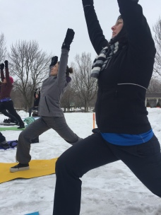 Yoga neige Lylie et Valérie mains au ciel