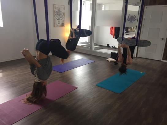 Inversion mains étirées dos 3 filles Yoga aérien